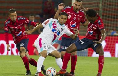 El delantero barranquillero Teófilo Gutiérrez protege el balón ante la marca de tres jugadores del Medellín.