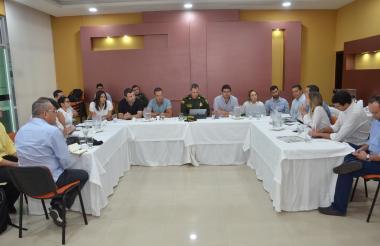 Autoridades y representantes de gremios de comerciantes durante la reunión.