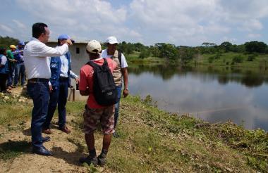 Autoridades visitan a la comunidad de Morroa.