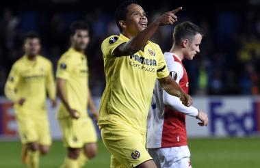 Carlos Bacca celebra su primer gol con el Villarreal en la Europa League.