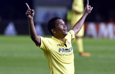 Carlos Bacca festeja su primer gol con el Villarreal en la Europa League.