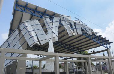 En el Polideportivo de Malambo las brisas desprendieron el techo del corredor.