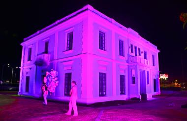 La Intendencia Fluvial, iluminada de rosado.
