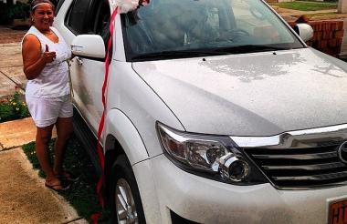 Patricia Acosta junto al vehículo que le regaló su  hijo.