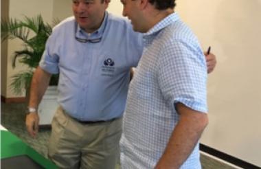 Negret y Mendoza tras la firma del acuerdo.