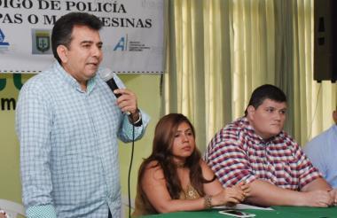 Orlando Jiménez (Undeco), Dina Luz Pardo (Asocentro) y Jhon Vecino (Red de Apoyo Unión) durante la rueda de prensa realizada ayer.
