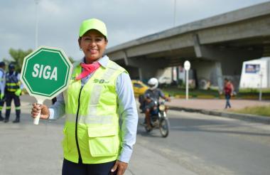 Esmeralda Bovea regula el tráfico en la calle 30.