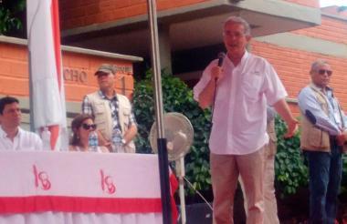 El senador Alvaro Uribe durante su visita a la Universidad del Sinú en Montería.