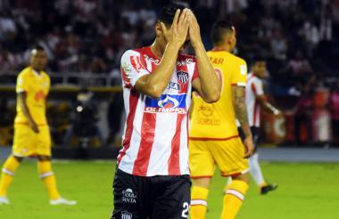 Teófilo Gutiérrez se lamenta tras desperdiciar una ocasión de gol.