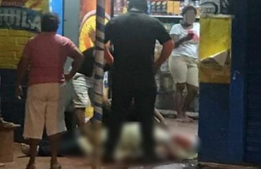 El cuerpo de la víctima quedó tendido afuera de la tienda.