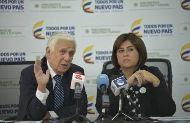 El presidente de Bancóldex, Mario Suárez, y la mincomercio, María Lorena Gutiérrez, durante la rueda de prensa realizada ayer en Bogotá.