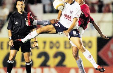 Omar Pérez en acción, en el duelo que Junior cayó 1-0 ante Internacional, en la Copa Sudamericana 2004.