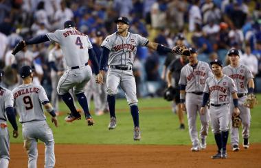 Los jugadores de los Astros celebrando el triunfo ante los Dodgers