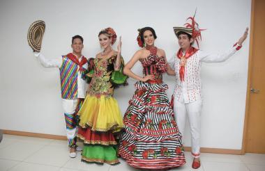 A la izquierda, los reyes centrales Diana Ardila y Snaider Llach. Los acompañan los reyes Cívicos Gabriela De la Rosa y Frankie Muzza.