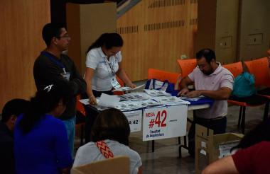 Una de las mesas de elecciones dentro de la Universidad del Atlántico.
