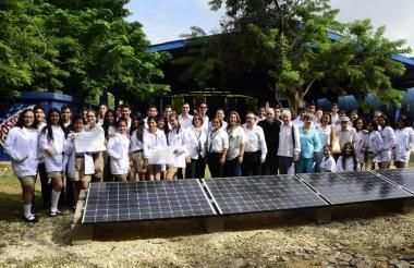 Un grupo de estudiantes durante la inauguración de los páneles solares.