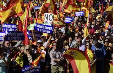 Miles de personas marcharon ayer en Madrid para defender la unidad.