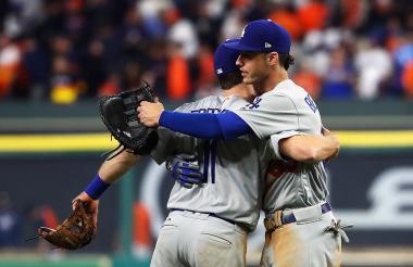 Los jugadores de los Dodgers, Logan Forsythe y Cody Bellinger, celebran después de derrotar a los Astros de Houston en el juego cuatro de la Serie Mundial 2017.