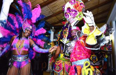 No son del Carnaval de Río de Janeiro, son integrantes de una de las danzas más representativas de Curazao que participan en una de las tradiciones más festivas de la isla como el carnaval.