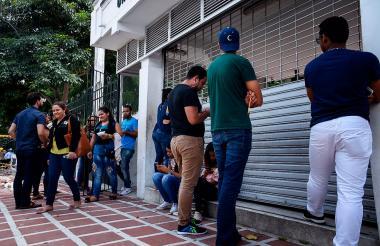 Estudiantes salen  de la Universidad Simón Bolívar, tras realizar la primera sesión de las pruebas.