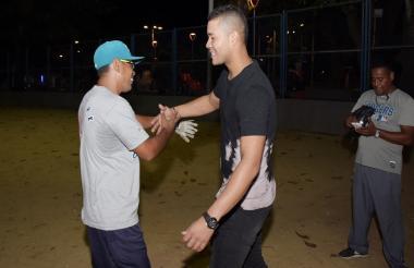 El lanzador José Quintana saludando a sus amigos en la cancha Santo Domingo.
