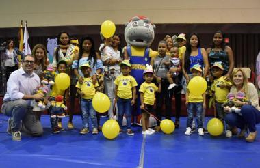 Un grupo de niños con agentes capacitados a través del programa Pisotón.