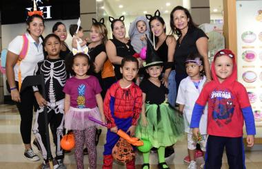 Un grupo de niños disfrazados, con sus familiares.