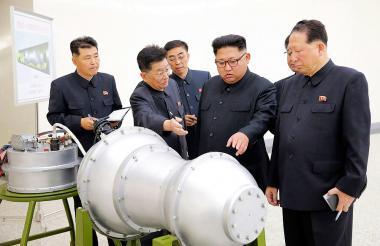 El líder de Corea del Norte observa un misil en uno de sus laboratorios. Imagen de referencia.