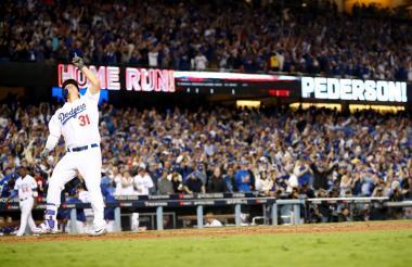 Joc Pedersen celebra su jonrón que significó el 3-1 a favor de los Dodgers.