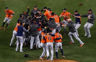 Los jugadores de los Astros de Houston celebran su primer título de las Grandes Ligas de Béisbol.