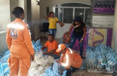 Miembros de la Defensa Civil inician la ayuda a las familias en El Retén.