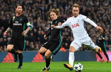 Eriksen saca un disparo, ante la marca del croata Modric, para el tercer tanto del Tottenham ante el Madrid.