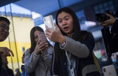 Una mujer reacciona al reconocimiento facial del nuevo iPhone X.