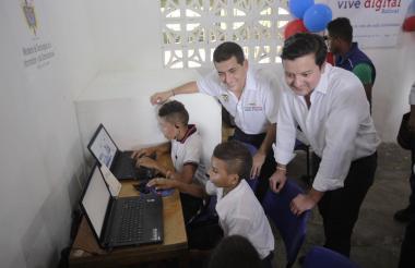 El Mintic junto a los niños de Macayepo.