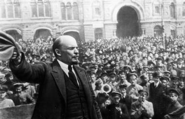 Lenin durante el discurso de la revolución obrera y campesina en Rusia, en noviembre de 1971.