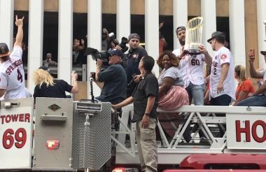 Pelotero de Astros celebrando en un carro de bomberos.