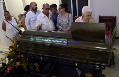 Amigos y allegados del maestro Efraín Mejía Donado le dan el último adiós.