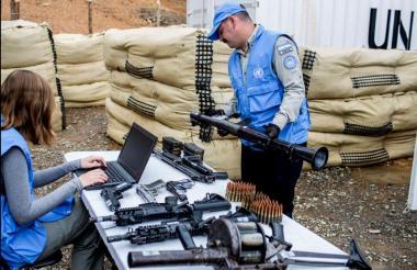 Personal de la ONU en Colombia recibe las armas que entregaron los excombatientes de las Farc.