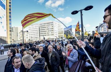 Bajo banderas independentistas catalanas, los alcaldes se concentraron en el barrio europeo de Bruselas.