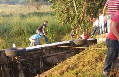 Aspecto del microbus tras el accidente.