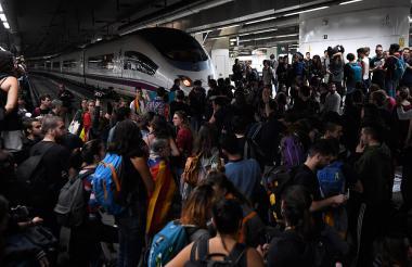 Manifestantes bloquean las vías del tren en la estación de Sants en Barcelona.