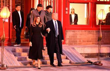 Donald Trump y su esposa Melania recorren la Ciudad Prohibida con el presidente chino Xi Jinping.