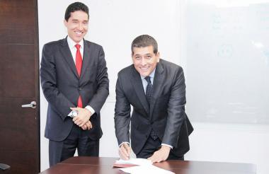 El gobernador Dumek Turbay durante la firma.