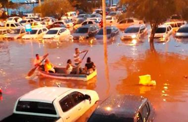 El agua inundó los carros en la Avenida Primera o Paseo Bastidas, mientras que la gente requirió de una lancha para poder transitar tras el aguacero.