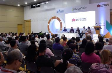 Panelistas y asistentes durante el foro innovación en procesos educativos.