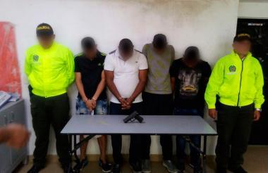 Cuatro de los cinco capturados por las autoridades policiales.
