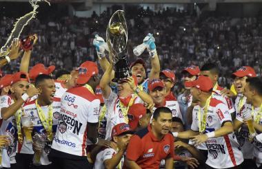 El técnico Julio Comesña levantando el trofeo de la Copa Águila en medio de los jugadores del Junior.