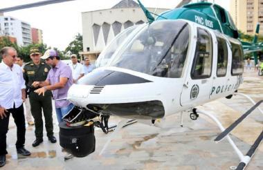 Junto al helicóptero están el alcalde Alejandro Char, el gobernador Eduardo Verano y el comandante de la Policía, general Mariano Botero Coy.