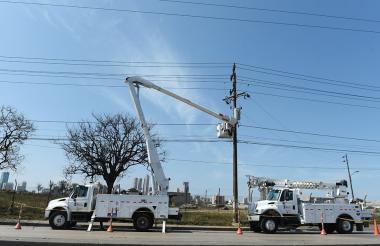 Trabajadores de Electricaribe realizan labores de mantenimiento en la Vía 40.