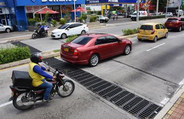 Un carro y una moto pasan lentamente por el desnivel de la 51B con calle 84.